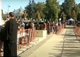 Pelerinajul de Sf. Parascheva a început mai devreme: Oamenii vin acum la moaște, de teama restricțiilor