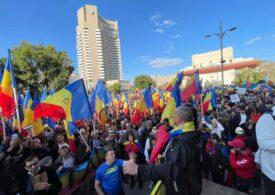 Mii de oameni au protestat în București, față de restricții, în ziua în care am avut record absolut de noi cazuri de Covid. Nu au purtat mască și nu au respectat distanțarea (Video)