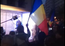 """Protest în centrul Capitalei față de noile restricţii, care intră luni în vigoare: """"Nu vom ceda - și vom câștiga!"""" (VIDEO)"""