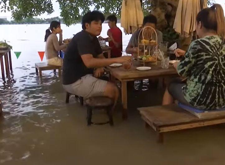 Inundațiile au adus succes peste noapte unui restaurant. Turiștii iau masa cu picioarele în apă (Video)