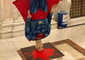 În ziua moţiunii, PSD a adus în Parlament un Superman căzut în cap (Foto)